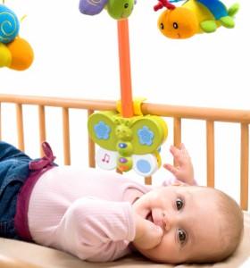 Бебето - на 4 месеца и 3 седмици. Смях. Ярки цветове.