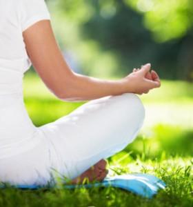 Поза на йога тонизира и укрепва крака и бедра