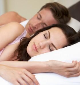 Защо е важно да не спим с бельо през нощта?