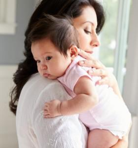 Как да държим новороденото?
