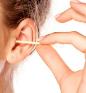 Защо не бива да чистим ушите с клечки?