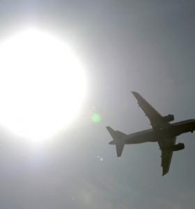 Как летенето със самолет се отразява на ушите на детето?