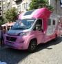 Розов кемпер на Една от 8 тръгва на обиколка из страната