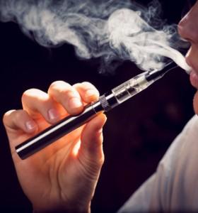 Отново оспорват безопасността на електронните цигари
