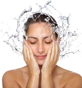 Безопасно почистване на кожата при акне