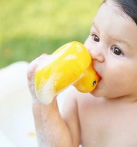 Скритата тайна на бебешките патета за вана
