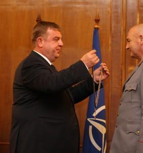 Началникът на ВМА бе отличен от министъра на отбраната