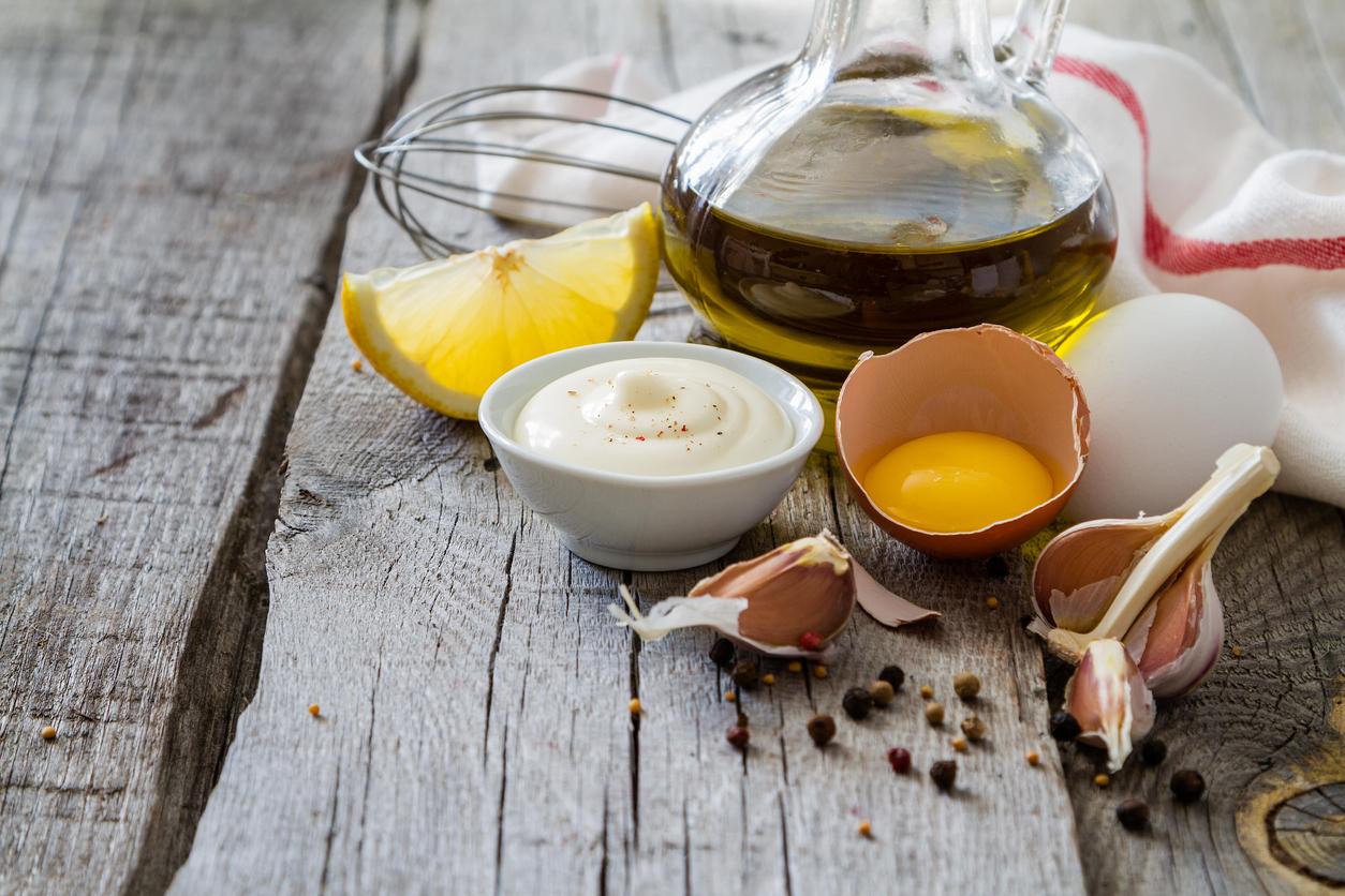 Яйца, оцет и олио, или друга растителна мазнина – това